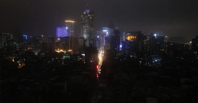 Ảnh, video: Siêu bão MANGKHUT càn quét, Macau chìm trong biển nước - ảnh 1