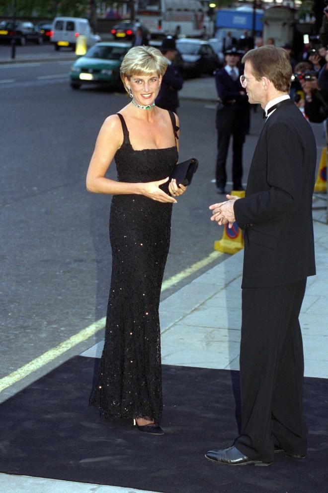 Nếu không ngắm Công nương Diana diện đầm sexy, chắc không nhiều người để ý bà lại sở hữu vóc dáng nuột nà đến vậy - ảnh 10