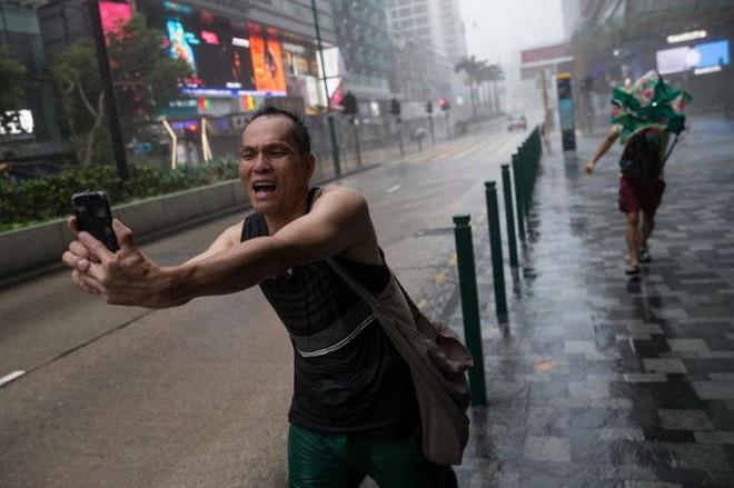Video: Tòa nhà ở Hong Kong đung đưa, kính vỡ tung tóe trong bão MANGKHUT - ảnh 7
