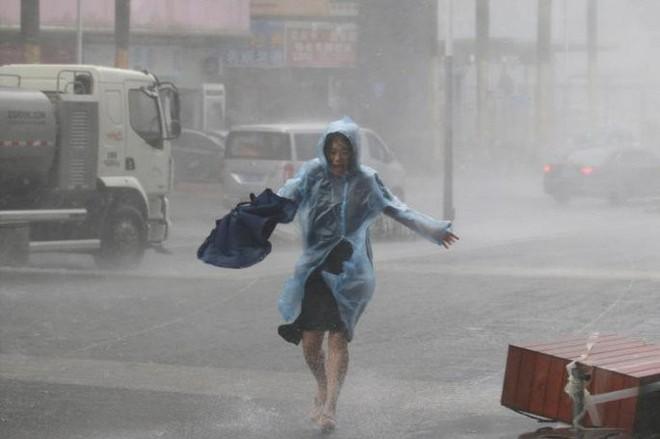Video: Tòa nhà ở Hong Kong đung đưa, kính vỡ tung tóe trong bão MANGKHUT - ảnh 8
