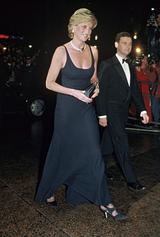 Nếu không ngắm Công nương Diana diện đầm sexy, chắc không nhiều người để ý bà lại sở hữu vóc dáng nuột nà đến vậy - ảnh 8