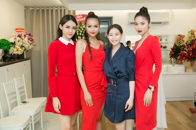 Ngọc Trinh rạng rỡ, Trương Mỹ Nhân khoe chân dài khi cùng diện đầm đỏ nổi bật dự sự kiện - ảnh 7