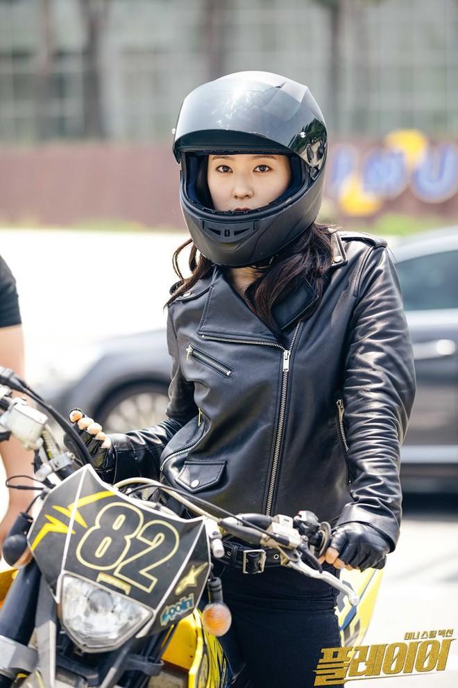 Qua thời tóc ngắn kém sắc, Krystal đẹp sắc lạnh, cưỡi mô tô ngầu lòi như dân chơi thứ thiệt - ảnh 9