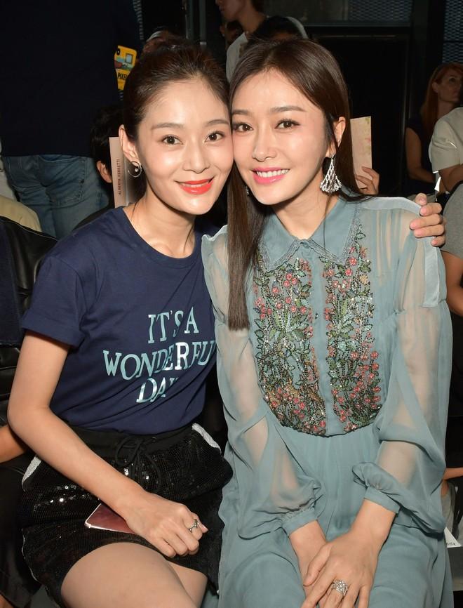 """Tần Lam và Vương Viện Khả bất ngờ tái ngộ tại Milan Fashion Week: """"Phú Sát Hoàng hậu"""" đẹp xuất sắc, lấn át cả """"Thuần Phi"""" - ảnh 12"""
