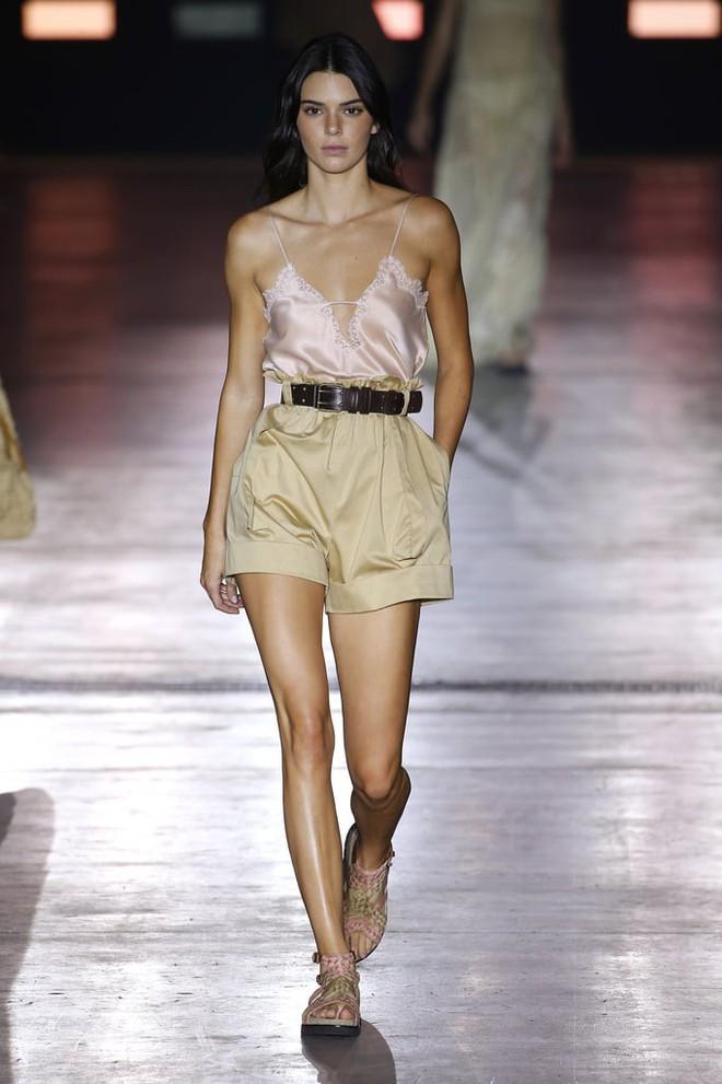 """Tần Lam và Vương Viện Khả bất ngờ tái ngộ tại Milan Fashion Week: """"Phú Sát Hoàng hậu"""" đẹp xuất sắc, lấn át cả """"Thuần Phi"""" - ảnh 17"""