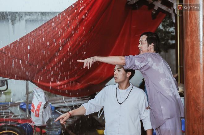 Hoài Linh đội mưa chỉnh sửa mái che đón khách đến dâng hương ở nhà thờ Tổ  - Ảnh 6.