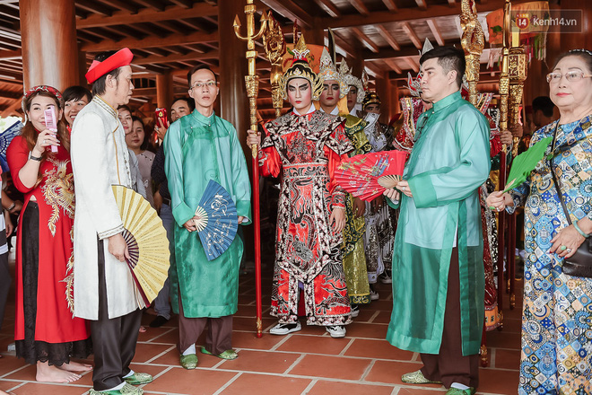 Hoài Linh đội mưa chỉnh sửa mái che đón khách đến dâng hương ở nhà thờ Tổ  - Ảnh 7.
