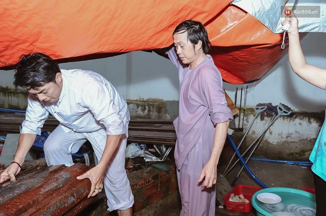 Hoài Linh đội mưa chỉnh sửa mái che đón khách đến dâng hương ở nhà thờ Tổ  - Ảnh 5.