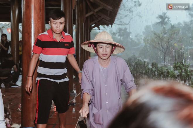 Hoài Linh đội mưa chỉnh sửa mái che đón khách đến dâng hương ở nhà thờ Tổ  - Ảnh 2.