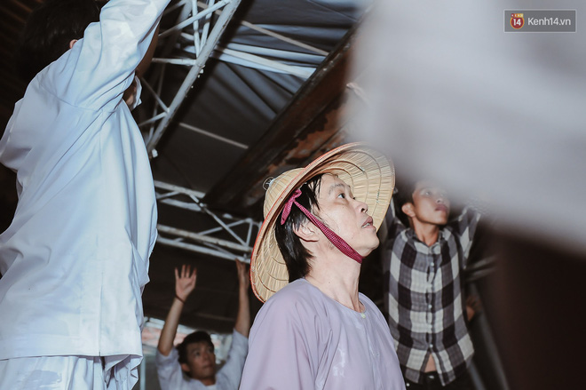 Hoài Linh đội mưa chỉnh sửa mái che đón khách đến dâng hương ở nhà thờ Tổ  - Ảnh 1.