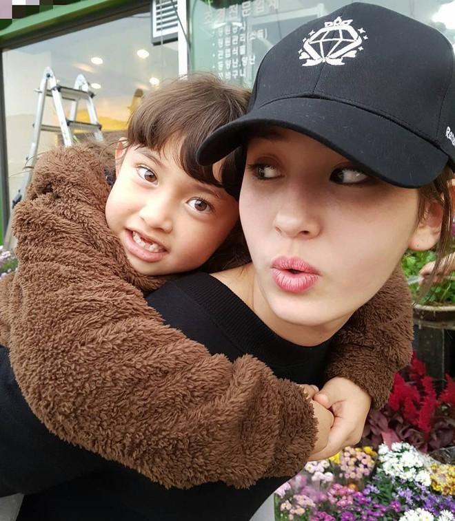 Anh chị em ruột ngoài ngành giải trí của 7 idol Kpop đình đám: Quá phí khi không gia nhập làng giải trí - ảnh 4