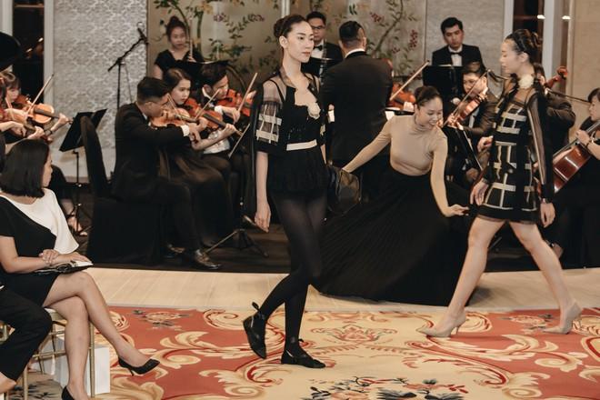 Sự trở lại của Lâm Gia Khang: Vũ khúc mê đắm của những nàng thiên nga đen trên sàn catwalk - ảnh 17
