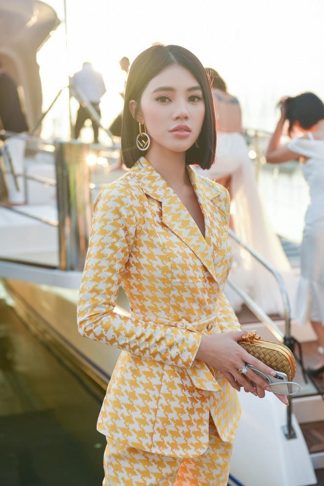 Trở về từ London, Jolie Nguyễn khoe tóc ngắn, diện đồ cá tính nổi bật trên du thuyền hạng sang ở Thái - ảnh 4