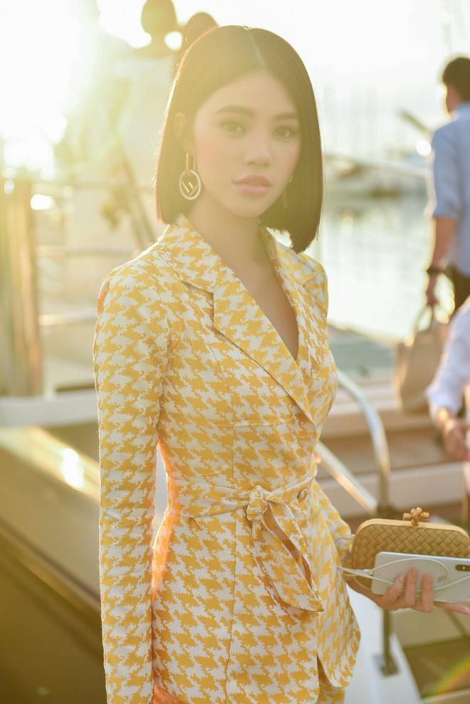 Trở về từ London, Jolie Nguyễn khoe tóc ngắn, diện đồ cá tính nổi bật trên du thuyền hạng sang ở Thái - ảnh 3