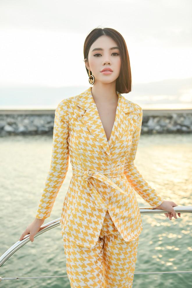 Trở về từ London, Jolie Nguyễn khoe tóc ngắn, diện đồ cá tính nổi bật trên du thuyền hạng sang ở Thái - ảnh 2