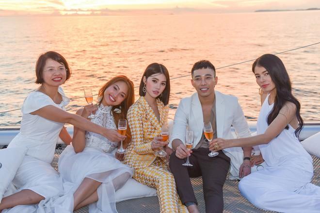 Trở về từ London, Jolie Nguyễn khoe tóc ngắn, diện đồ cá tính nổi bật trên du thuyền hạng sang ở Thái - ảnh 7