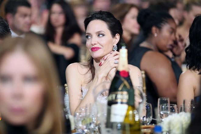 Loạt ảnh chứng minh ở tuổi 42, Angelina Jolie vẫn là báu vật nhan sắc của nước Mỹ không ai bì được - Ảnh 7.