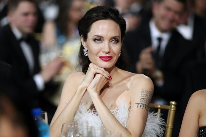 Loạt ảnh chứng minh ở tuổi 42, Angelina Jolie vẫn là báu vật nhan sắc của nước Mỹ không ai bì được - Ảnh 3.