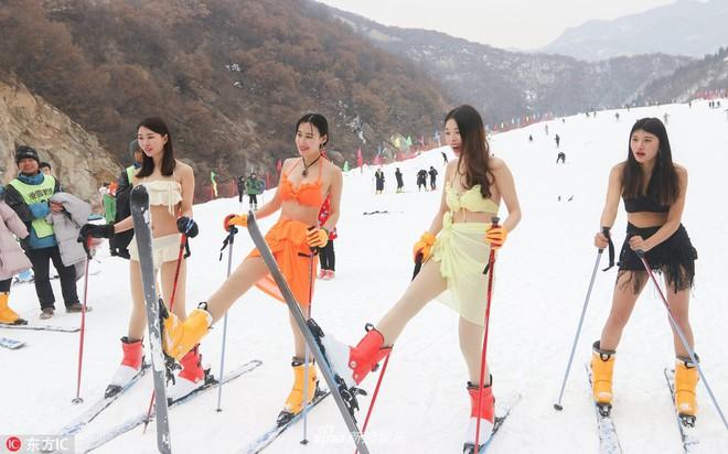 Sự kiện phản cảm tại Trung Quốc: Người mẫu trình diễn bikini trong thời tiết âm độ và băng tuyết - ảnh 1