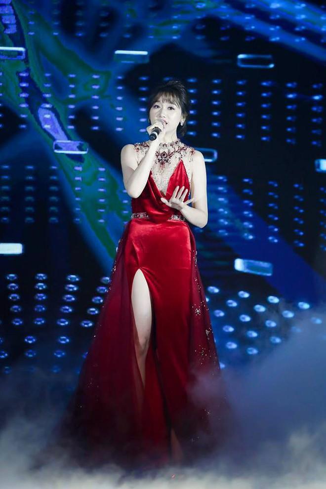 Mặc lại ngay chiếc đầm vừa ướm lên H'Hen Niê, xem ra Hari Won chẳng ngán đụng các Bông Hậu - ảnh 4