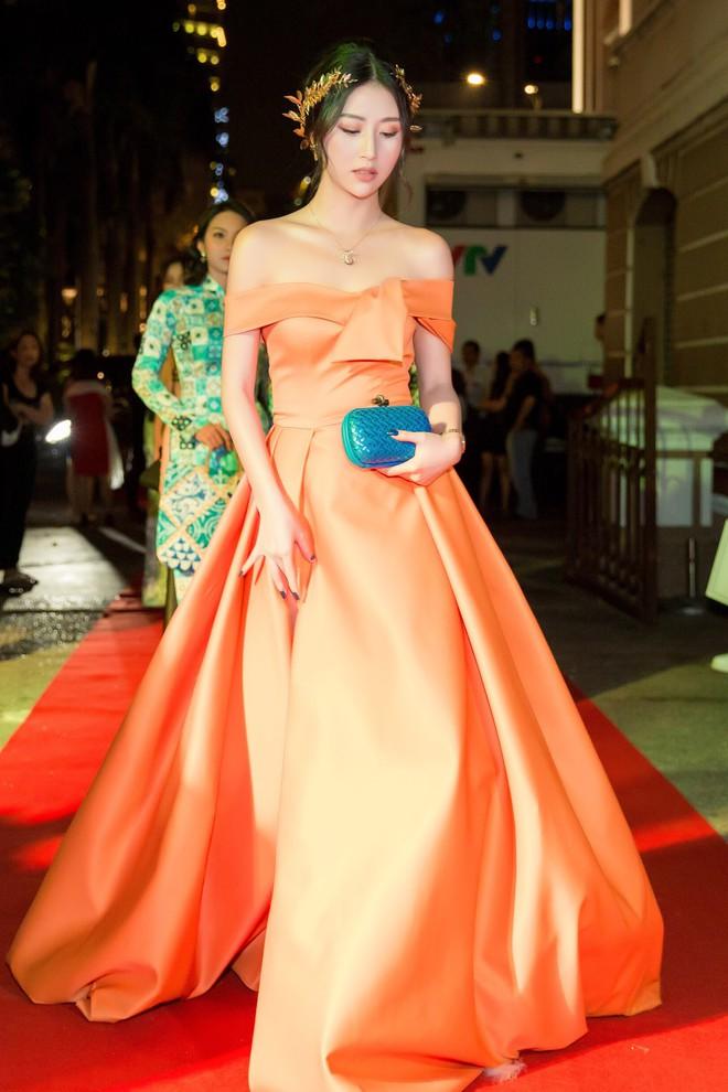 Quỳnh Anh Shyn lại công phá thảm đỏ với trang phục lộng lẫy, đeo bộ trang sức hơn 1 tỷ đồng - Ảnh 3.