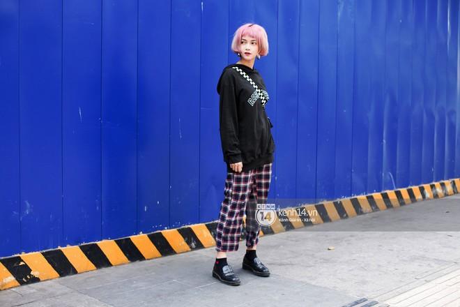 Street style giới trẻ Việt: Sài Gòn tích cực lăng xê side bag, Hà Nội vẫn mê tít mũ nồi - ảnh 1