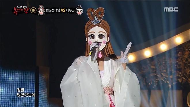 Nổi tiếng vì đẹp lạ, nữ idol khiến khán giả bất ngờ khi tham gia show hát giấu mặt - Ảnh 1.