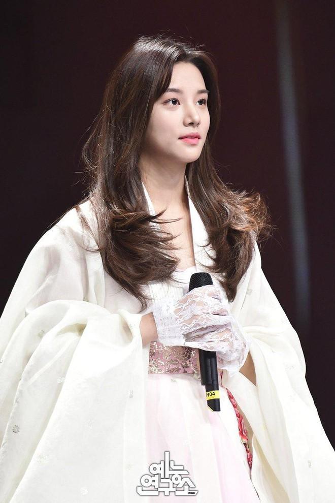 Nổi tiếng vì đẹp lạ, nữ idol khiến khán giả bất ngờ khi tham gia show hát giấu mặt - Ảnh 4.
