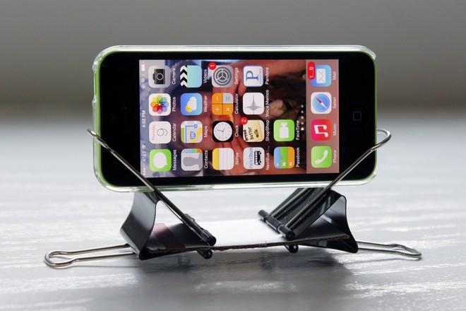 5 cách tự chế giá đỡ smartphone cực dễ, không lo livestream lộ hàng như Noo Phước Thịnh - Ảnh 1.