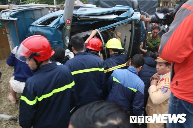 Xe tải chở vật liệu lật trên quốc lộ, cảnh sát cắt cabin cứu 3 người mắc kẹt - Ảnh 2.