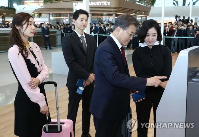 Sau vợ Song Hye Kyo, đến lượt Song Joong Ki lịch lãm, điển trai dự sự kiện tầm cỡ cùng Tổng thống Hàn - Ảnh 4.