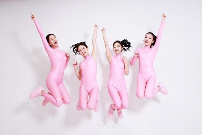 Mặc quần vừa bó vừa lộ nội y để nhún nhảy, nhóm nữ này khiến netizen Hàn bức xúc - ảnh 6