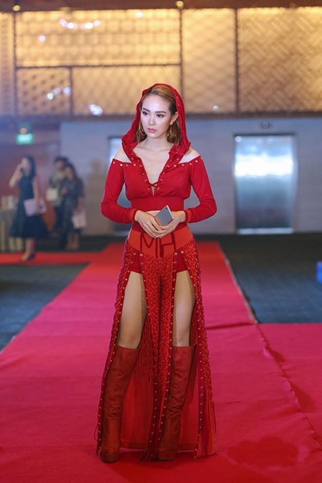 Đại chiến stylist: Chê H'Hen Niê mặc xấu, cựu stylist của Phạm Hương bị ekip tân Hoa hậu vỗ mặt - ảnh 24