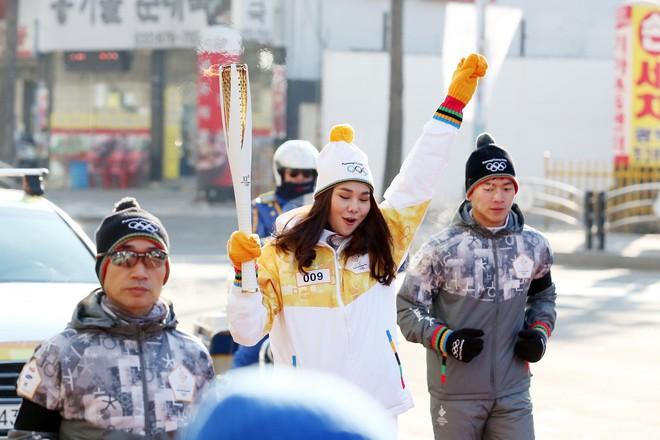 Trời lạnh -10 độ, Thanh Hằng vẫn đẹp rạng rỡ đi rước đuốc ở Thế vận hội mùa đông 2018 tại Hàn Quốc - Ảnh 8.