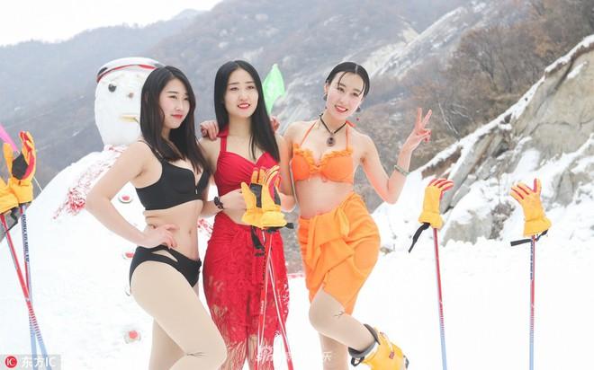 Sự kiện phản cảm tại Trung Quốc: Người mẫu trình diễn bikini trong thời tiết âm độ và băng tuyết - ảnh 3