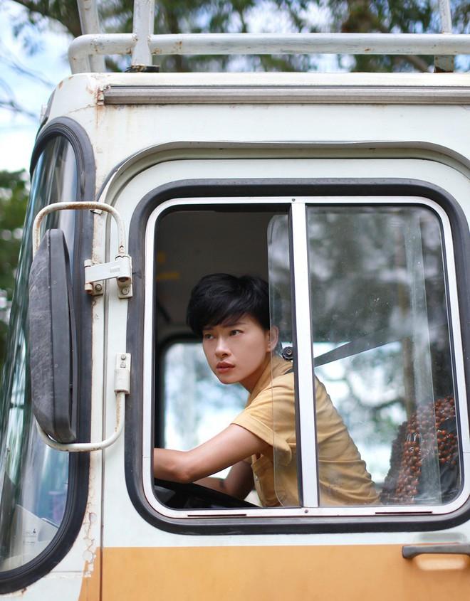 Chuyển nghề làm lơ xe, nhìn chị Đậu Xanh Ngô Thanh Vân còn soái hơn Jun Phạm - ảnh 5