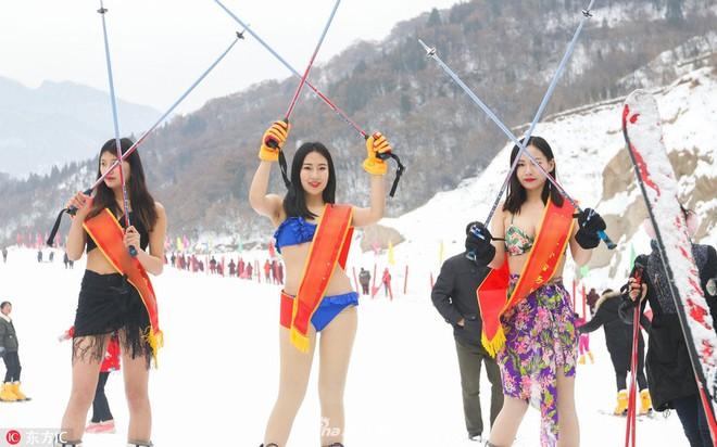 Sự kiện phản cảm tại Trung Quốc: Người mẫu trình diễn bikini trong thời tiết âm độ và băng tuyết - ảnh 4