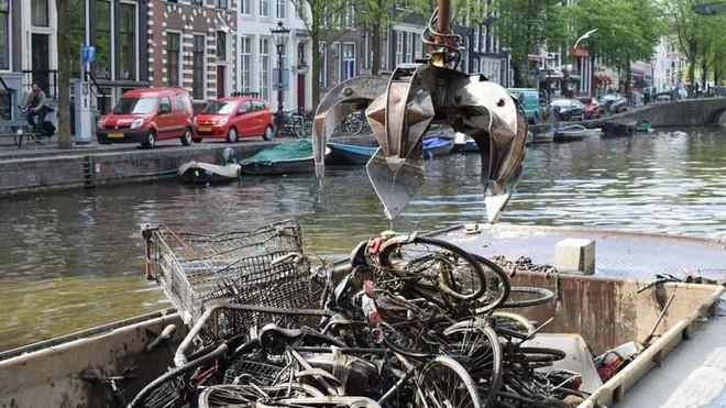 Vớt được 15.000 xe đạp/năm dưới kênh rạch ở Amsterdam, vì sao lại có con số kinh khủng vậy? - ảnh 1