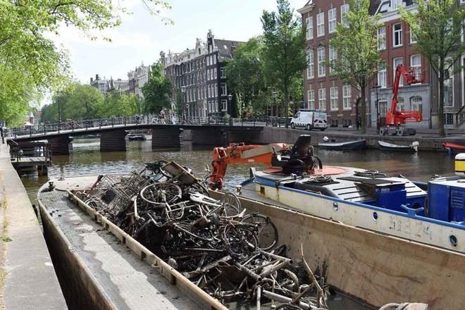 Vớt được 15.000 xe đạp/năm dưới kênh rạch ở Amsterdam, vì sao lại có con số kinh khủng vậy? - ảnh 3