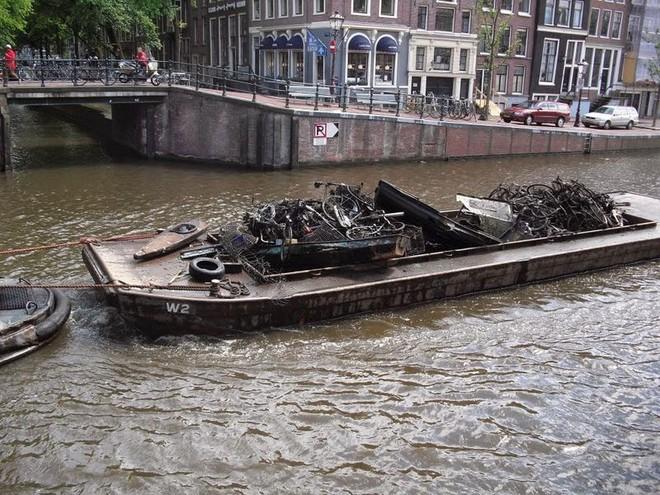 Vớt được 15.000 xe đạp/năm dưới kênh rạch ở Amsterdam, vì sao lại có con số kinh khủng vậy? - ảnh 2