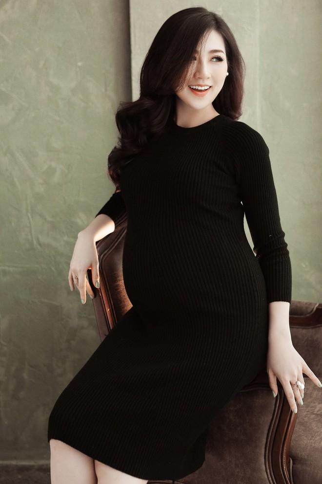 Loạt ảnh Á hậu Tú Anh khoe nhan sắc rạng rỡ ở tháng cuối thai kì - Ảnh 1.