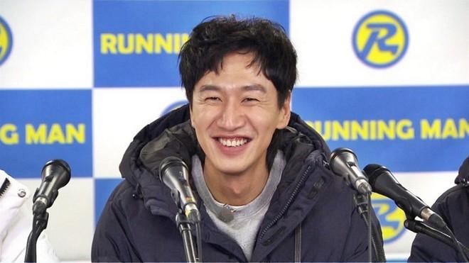 Lee Kwang Soo lộ diện trong họp báo sau tin hẹn hò, Yoo Jae Suk khẳng định cặp đôi có thể đối đầu với Song Song? - Ảnh 1.