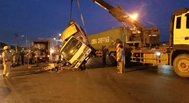 TP.HCM: Xe tải chở bia lật giữa đường, người dân giúp tài xế thu gom - Ảnh 1.