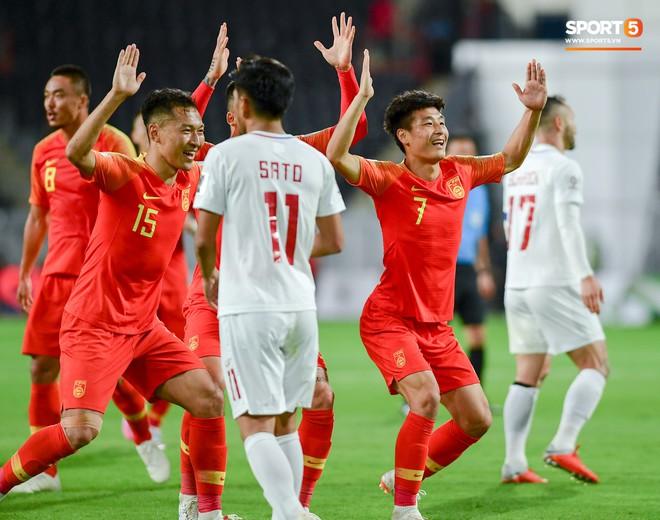 Ronaldo Trung Quốc lập cú đúp siêu phẩm, đẩy bại tướng của tuyển Việt Nam tại AFF Cup đến gần cửa tử - Ảnh 1.