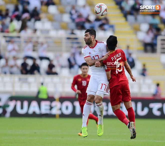 Đức Huy mất trí nhớ tạm thời sau pha va chạm kinh hoàng với cầu thủ Iran - Ảnh 2.