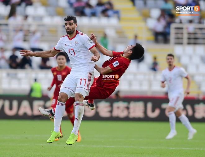 Đức Huy mất trí nhớ tạm thời sau pha va chạm kinh hoàng với cầu thủ Iran - Ảnh 3.