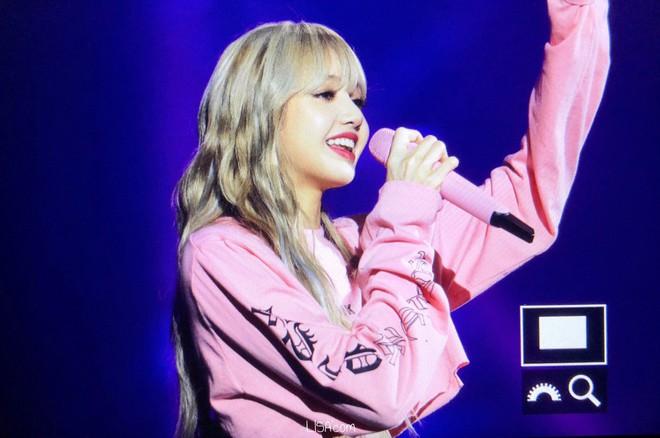 Về quê biểu diễn có khác, đây là khoảnh khắc Lisa (Black Pink) khiến rừng fan đổ rạp vì quá xuất sắc! - Ảnh 4.