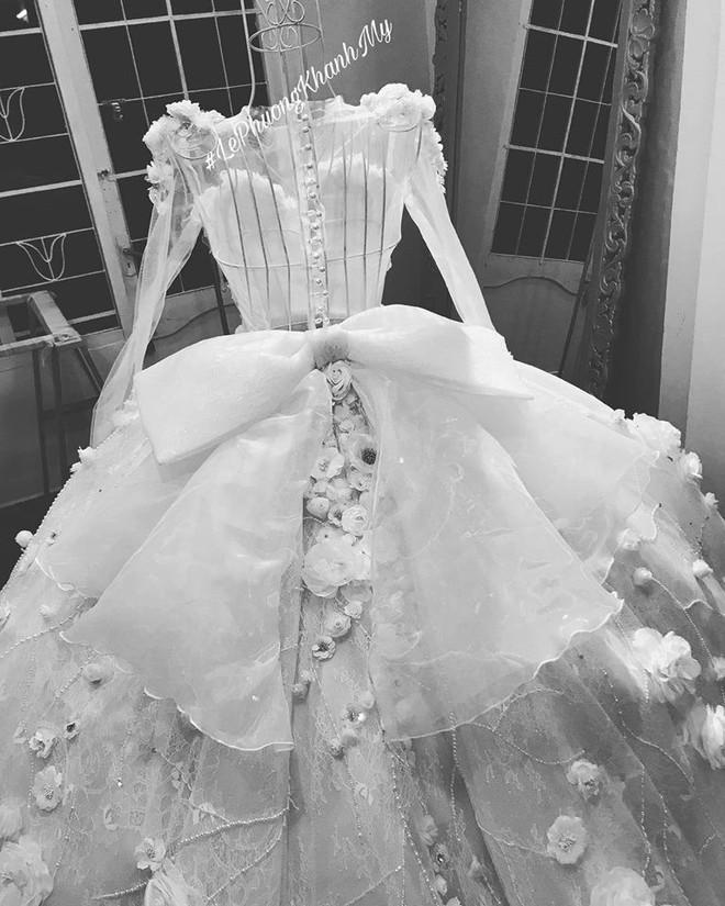 Vân Navy khoe váy đính 999 bông hồng tự thiết kế trước giờ G, hé lộ không gian tiệc cưới hoành tráng ở Hà Nội - ảnh 2