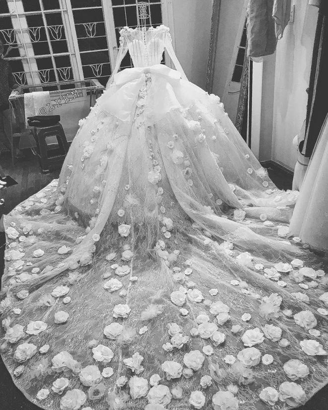 Vân Navy khoe váy đính 999 bông hồng tự thiết kế trước giờ G, hé lộ không gian tiệc cưới hoành tráng ở Hà Nội - ảnh 3