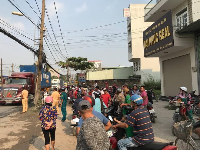Dân truy bắt xe container cán chết người rồi bỏ chạy ở Sài Gòn - ảnh 1
